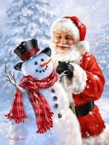 bilde av en julenisse som står bak en snømann!